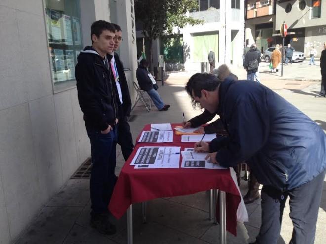 La Plataforma en defensa del Campus ha recogida firmas en la Plaza Lazúrtegui