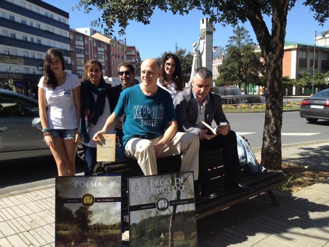 Valentín Carrera junto con varios colaboradores de la Biblioteca Gil y Carrasco, Noemí Sabugal y Miguel Ángel Varela, y el concejal de Cultura, Santiago Macías
