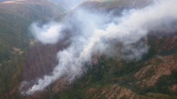 El fuego continúa activo en los montes de Balouta (@briftabuyo)