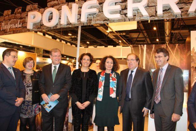 De izquierda a derecha el alcalde de Astorga, la concejala de Cultura, el alcalde de León, la consejera de Cultura, la alcaldesa, el presidente de la Junta y el presidente de la Diputación