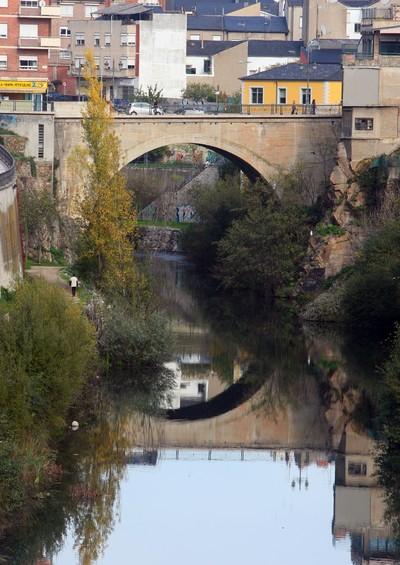 El puente de La Puebla, el primero de la ciudad, sobre el río Sil (C. Sánchez/Ical)