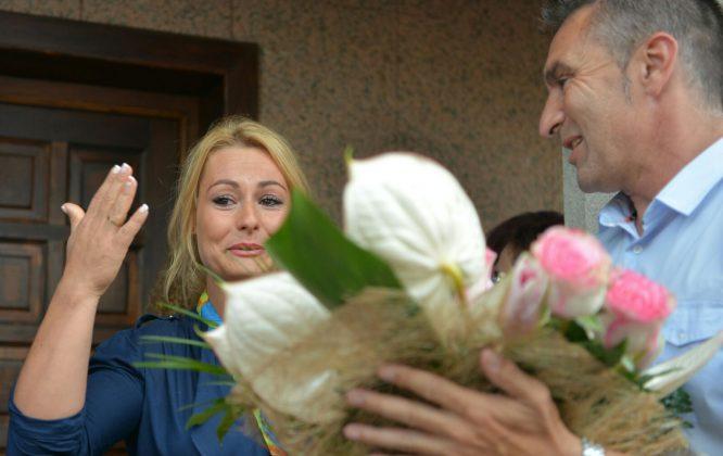 La medallista recibió un ramo de flores durante su homenaje. / QUINITO