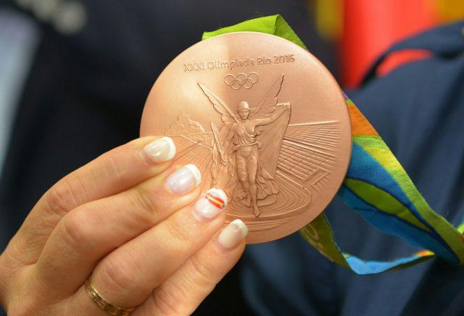 La haltero enseñó orgullosa a Camponaraya y el Bierzo su medalla de bronce. / QUINITO