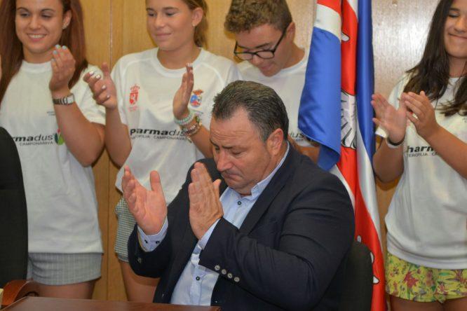 El alcalde de Camponaraya, Eduardo Morán, se emocionó en varias ocasiones durante el homenaje a Lidia Valentín. / QUINITO