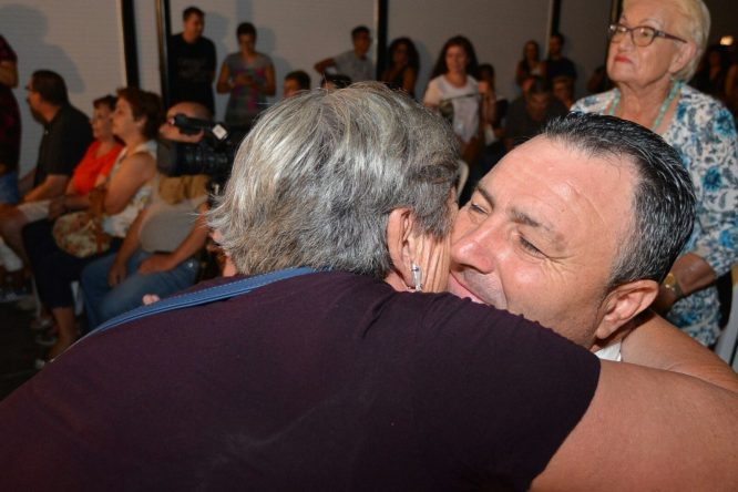 El alcalde de Camponaraya, Eduardo Morán, sigue la final. / QUINITO