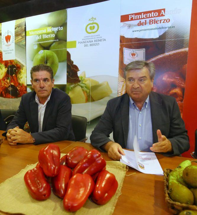 El alcalde de Carracedelo (León), Raúl Valcarce (D), junto al presidente del Consejo Regulador de la Indicación Geográfica Protegida (IGP) del Pimiento, Pedro García (I), durante la presentación de la VI Feria del Pimiento del Bierzo y la I Feria de la Fruta del Bierzo. / C. Sánchez