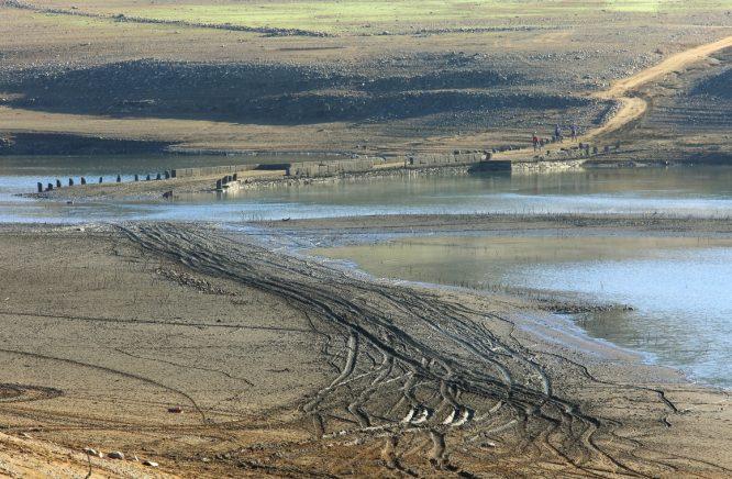 El bajo nivel de agua en el embalse de Bárcena del Bierzo, muestra el Puente del Camino Real de Carlos III que unía las localidades de Congosto y Cubillos del Sil, y por la que transcurría la carretera que unía el Bierzo con Galicia. / C. Sánchez