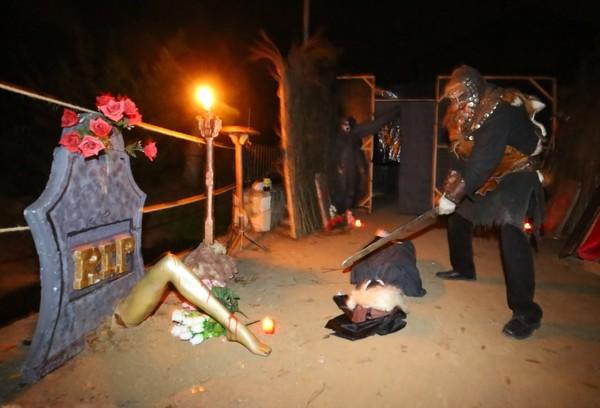 Representación de Hallowen 'Una noche de terror', en la localidad de Narayola. / C. Sánchez