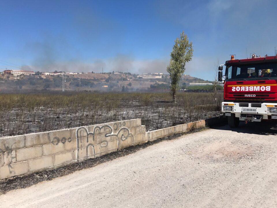 Bomberos de ponferrada sofocan un incendio junto a la for Piscinas ponferrada
