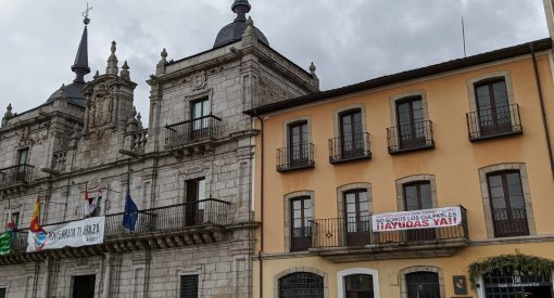 Cartel pidiendo ayudas para la hostelería junto al Ayuntamiento de Ponferrada