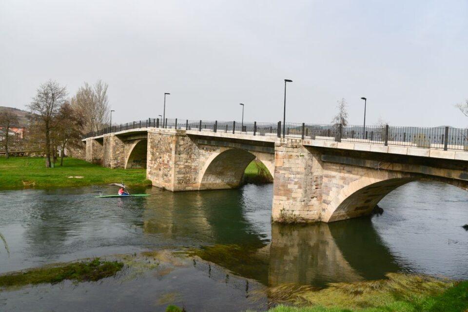 Playa fluvial de Cacabelos: puente de Cacabelos sobre el río Cúa